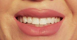 在特写镜头的微笑的嘴 微笑在特写镜头的嘴唇 股票录像