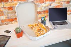 在特写镜头箱子的被点的薄饼非常开胃 免版税库存图片