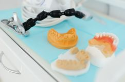 在特写镜头桌上的牙齿印刷品 库存照片