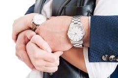 在特写镜头的男人和妇女wrtists与昂贵的典雅的watche 免版税图库摄影