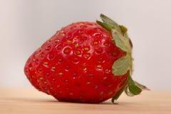 在特写镜头的草莓在o木桌上 免版税库存图片