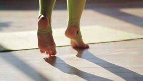 在特别运动服关闭步行的妇女脚在地板健身中心 影视素材