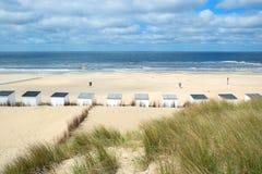 在特塞尔的蓝色海滩小屋 免版税库存图片