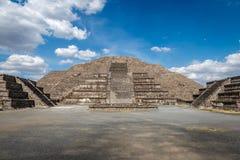 在特奥蒂瓦坎废墟的死的大道和月亮金字塔-墨西哥城,城市 库存图片