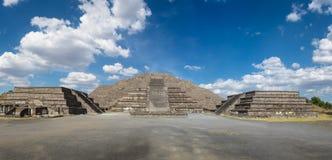 在特奥蒂瓦坎废墟的死的大道和月亮金字塔-墨西哥城,城市 库存照片
