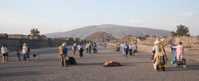 在特奥蒂瓦坎金字塔之外的供营商在Mexoco 库存照片
