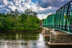 在特拉华河的一座桥梁在Belvidere,新泽西 图库摄影