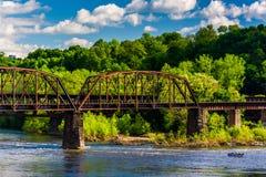 在特拉华河的一座铁路桥梁在伊斯顿, Pennsylvani 库存照片
