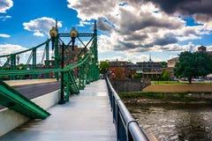 在特拉华河的北安普顿街桥梁在伊斯顿, 库存照片