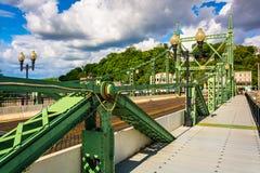 在特拉华河的北安普顿街桥梁在伊斯顿, 库存图片