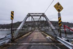 在特拉华河的历史的池塘漩涡桁架桥 免版税图库摄影