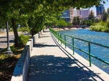 在特拉基河旁边的河步行在里诺,内华达 库存图片