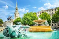在特拉法加广场的喷泉在一个明亮的夏日 免版税库存图片