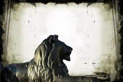 在特拉法加广场的巴贝里狮子在灰色难看的东西背景的伦敦 图库摄影