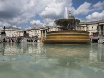 在特拉法加广场,伦敦的喷泉 图库摄影