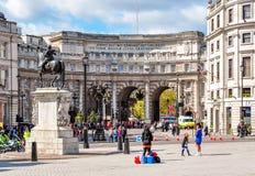 在特拉法加广场,伦敦,英国的海军部曲拱 库存照片