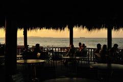 在特拉Atlantida海滩下午的金黄黎明 图库摄影