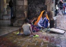 在特权摊贩下在孟买,印度 免版税库存照片