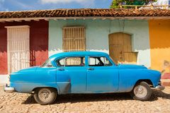 在特立尼达的街道的老经典五十年代汽车 免版税图库摄影