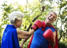 在特级英雄的资深夫妇穿戴准备好为乐趣战斗 免版税库存照片