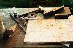 在特纳工作场所的老工具有图的 免版税库存照片