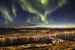在特罗姆瑟,挪威上的壮观的北极光 图库摄影