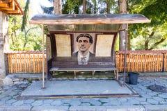 在特罗扬修道院附近的公共汽车站在有革命Vasil Levski画象的保加利亚  库存图片
