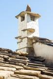 在特罗扬修道院,保加利亚的细胞的屋顶的原始的石烟囱 库存图片