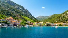 在特雷斯塔尼克村庄从海, Peljesac半岛,达尔马提亚,克罗地亚的看法 免版税图库摄影