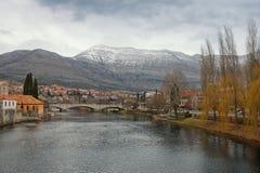 在特雷比涅附近老镇的Trebisnjica河在一个多云冬天d 免版税库存图片