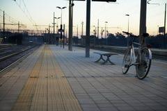 在特雷维格里奥镇的火车站的自行车在意大利 免版税库存照片