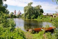 在特鲁别日河- Pereslavl风景嘴的靠码头的小船  免版税库存照片