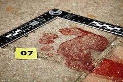 在犯罪现场的血淋淋的脚印 免版税库存图片