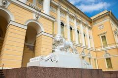 在状态俄国人博物馆附近的狮子雕象 库存照片