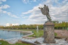 在状态博物馆蜜饯Peterhof的阿波罗眺望楼雕象 俄国 免版税库存照片
