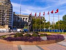 在状态国会大厦的俄克拉何马旗子在俄克拉何马市-俄克拉何马市-俄克拉何马- 2017年10月18日 免版税库存图片