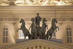 在状态学术莫斯科大剧院的古铜色马四马二轮战车俄罗斯山墙饰在整修以后 图库摄影