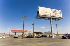 在状态路线160的加油站、妓院和酒吧王国俱乐部 库存照片