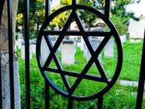 在犹太公墓电烙有大卫星的门 库存图片