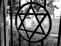 在犹太公墓电烙有大卫星的门 库存照片