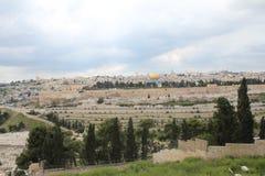 在犹太公墓的全景,从橄榄山,耶路撒冷,以色列的登上 免版税库存图片