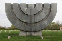 在犹太公墓的Menorah纪念碑在Terezin,捷克Republ 库存图片