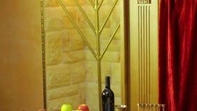 在犹太教堂的桌上是犹太新年的标志:款待和shofaras在Talith和蜡烛旁边 股票录像