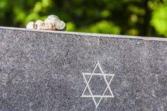在犹太纪念花岗岩板材的石头有大卫王之星的 库存照片