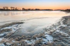 在狂放的河的冷淡的日出 库存照片