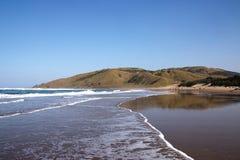 在狂放的海岸海滩,特兰斯凯,南非的外出的浪潮 免版税库存照片