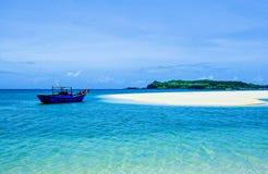 在狂放的海滩的一艘孤立船 免版税库存照片