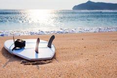 在狂放的海滩的冲浪板 免版税库存图片