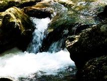在狂放的溪的急流与冰砾在水2中 免版税库存图片