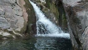在狂放的自然的美丽的瀑布在岩石中 股票录像